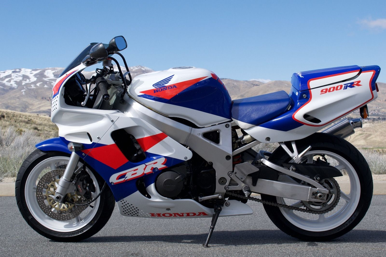 In time the line evolved to the 929RR and 954RR, but the bike that started  the revolution was this one: the Honda 900RR.