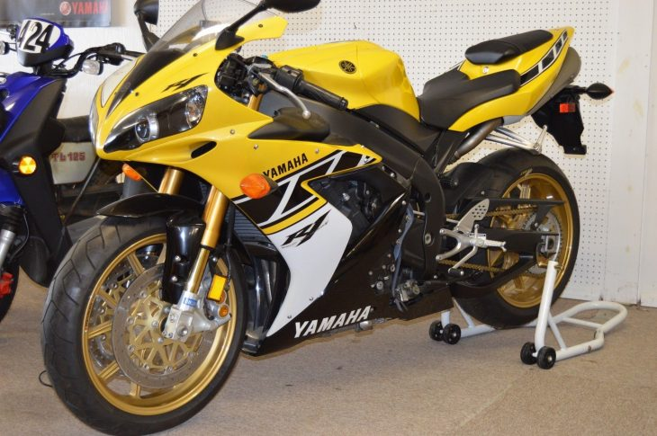 Yellow jacket: Zero-mile 2006 Yamaha R1 LE